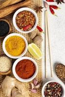 platta asiatiska kryddor blandas med ätpinnar foto