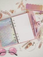 dagbok öppnas med vit och holografisk sida foto