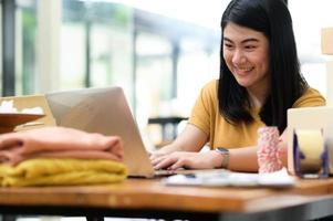 kvinna som säljer produkter online videosamtal med leende kunder. foto