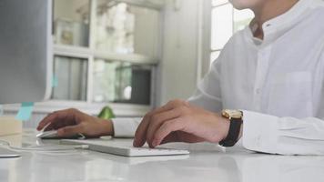 affärsman som använder datorn hemma, arbetar hemifrån, studerar online. foto