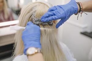 hårfärgning på frisörsalongen foto