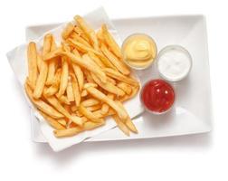 pommes frites på vit bakgrund foto