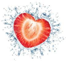 hälften av jordgubben och stänk vatten foto