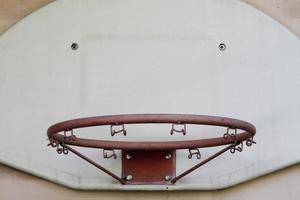 gammal basketbackboard och korg foto