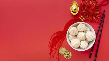 ovanifrån av dumplings och hängande, kinesiskt nyårskoncept foto