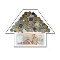 händerna på en affärsman håller pengar och den andra handen håller ett hus tanken på att spara pengar för att köpa ett hus foto