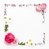 ram gjord av diverse blommor foto