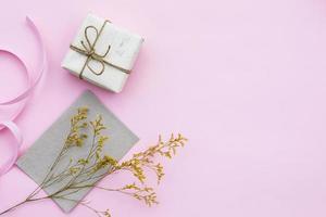 inslagen gåva på rosa bakgrund foto