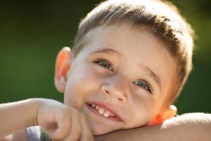 närbild porträtt av en glad pojke foto