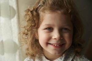 vacker glad liten flicka foto