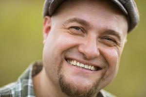 porträtt av glad leende skäggig man foto