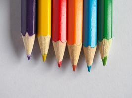 färgpennor i många olika färger foto
