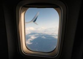 naturskön utsikt över solljuset genom på fönstret flygplan på himlen foto