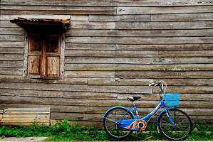 väggar, gamla trähus och en blå cykel foto