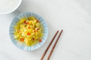 kryddig salladskål eller selleri med sesamolja foto