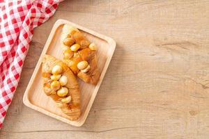 croissant med macadamia och karamell foto