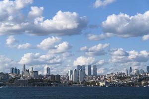 dolmabahce -palatset och moderna skyskrapor med underbart molnlandskap vid istanbul bosphorus foto