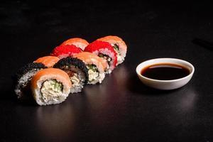 olika sushi serveras på en mörk bakgrund foto