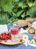 inställd för picknick på filt i lavendelfält foto
