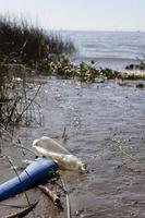 föroreningskoncept vatten med sopor foto