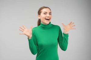 förvånad blond söt tjej utbrister och gester aktivt, uttrycker hennes stora överraskning. - bild foto