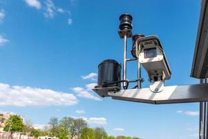 CCTV övervakningskamera över blå himmel bakgrund. - bild foto