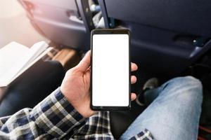 närbild mockup bild av vit tom tom smartphone i den manliga handen foto