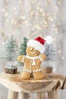 hemlagade pepparkakor för jul på träbord. foto