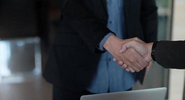 närbild på affärsmän som skakar hand, avslutar möte, affärsetikett, gratulation, sammanslagning och förvärvskoncept foto