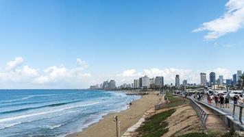 havslandskap och skyskrapor på bakgrunden i Tel Aviv, Israel. foto
