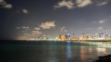 havslandskap och skyskrapor på bakgrunden på natten i Tel Aviv, Israel. foto
