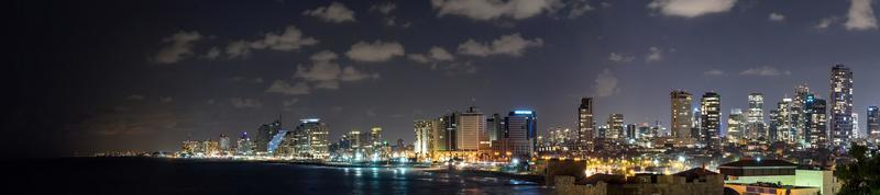 havslandskap och skyskrapor på bakgrunden i Tel Aviv, Israel foto