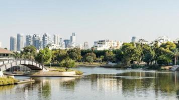 bro över floden Yarkon Park i Tel Aviv, Israel foto