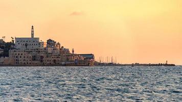 utsikt över gammal jaffa från havet vid solnedgången i tel aviv, israel foto