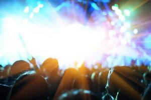 rockkonsert med silhuetter människor foto