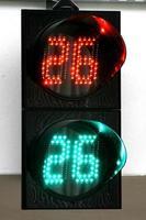 färgglada trafikvarningar och vägledningsskyltar gjorda med LED -lampor foto