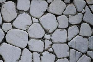 väggbeklädnad gjord med rundade stenar. foto