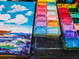 akvarell i en palett, paletten vatten målar på bordet, många färger i paletten vattenfärger foto