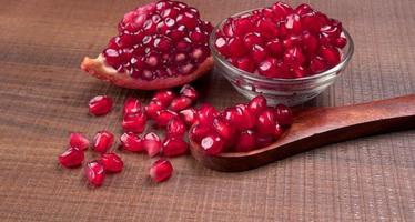 färsk granatäpple rik på naturliga antioxidanter. begreppet röda frukter, vitaminer och naturliga antioxidanter för huden för skönhet. foto