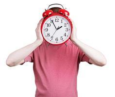 man i en rosa skjorta med en väckarklocka foto