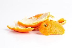 mandarinskal på en vit bakgrund foto
