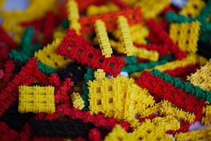 många flerfärgade plastbitar foto