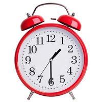 rund väckarklocka visar hälften av sekunden foto