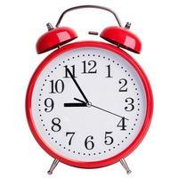 rund väckarklocka som visar fem till nio foto
