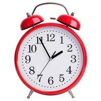 väckarklockan visar fem minuter till två foto