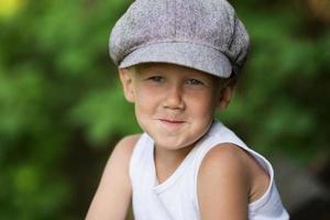 porträtt av charmig ljushårig pojke foto