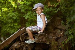 liten pojke i keps foto