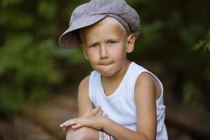 porträtt av en liten blond pojke foto