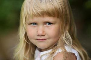 porträtt av en liten blond tjej foto