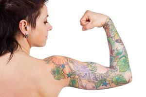 kvinna med en tatuering som visar biceps foto
